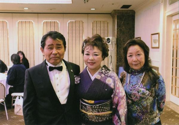 中央、花元麻希さん